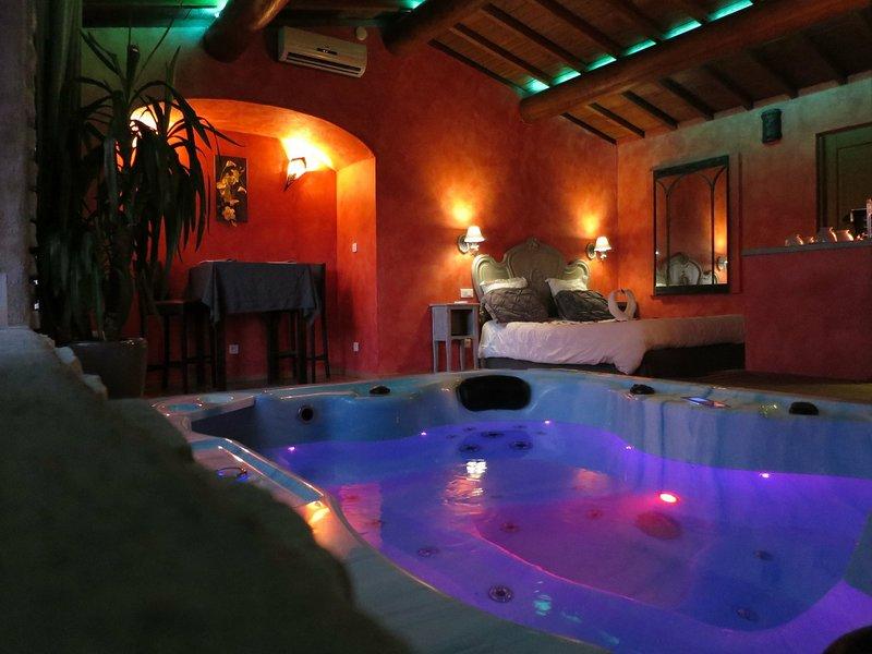chambre romantique avec un spa jacuzzi