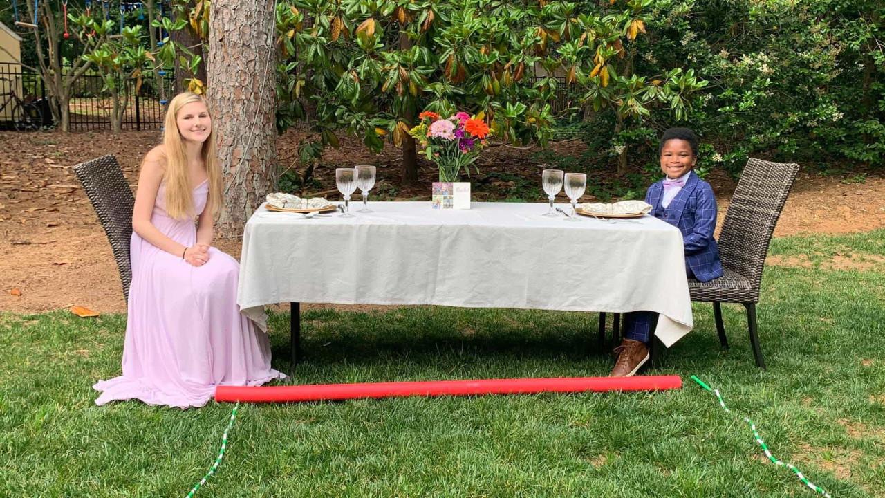 Rapaz decide surpreender babysitter e organiza-lhe um baile de finalistas