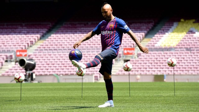 Arturo Vidal out on the field at Camp Nou for the first time