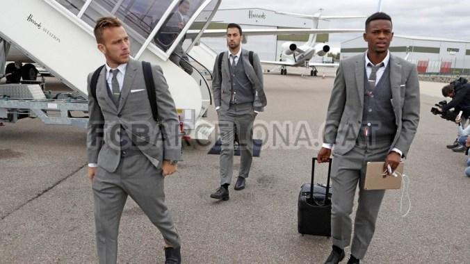 """El diseñador estadounidense ha optado por vestir a los futbolistas del Barça  con un elegante traje gris. Combinado con """"camisa blanca de corbata tipo  Oxford ... b541e952536"""