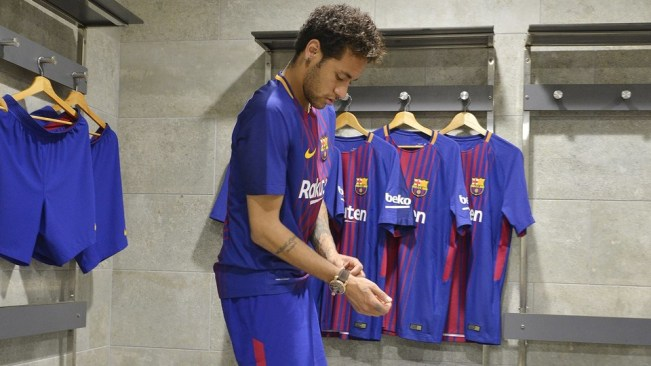 5203b2e1f7 Qué les sienta a las estrellas del FC Barcelona su nueva camiseta