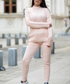 Trening dama din tricot roz cu bluza pe gat si model impletituri in V