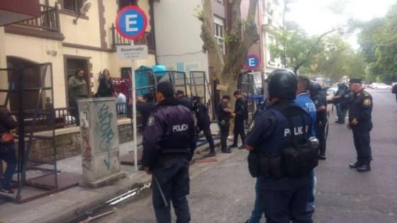 Fuerte operativo policial y tensión en la toma de la secretaría de Producción