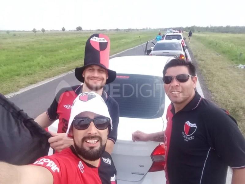 Los hinchas de Colón colapsaron la ruta a Paraguay este viernes