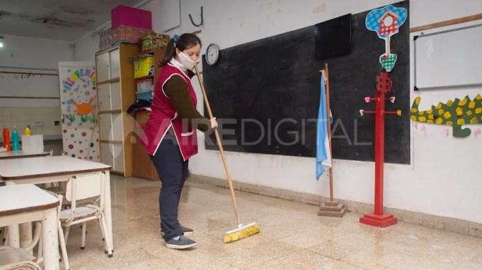 Este lunes comenzó la limpieza y mantenimiento en escuelas de toda la provincia.