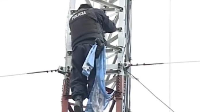 Oscar Pagano es oficial de la Bonaerense desde hace décadas y hoy se trepó a una torre