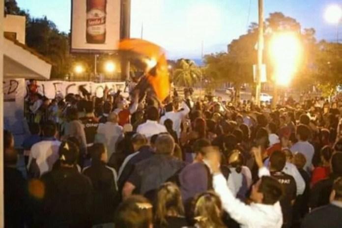 Los hinchas de Colón se agolpan en inmediaciones de la sede social ubicada en la Avenida Juan José Paso.