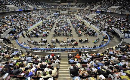 Bob Gathany / The Huntsville Times Mais de 5.500 membros das Testemunhas de Jeová, a fé em participar de conferências no Centro Von Braun arena sábado.
