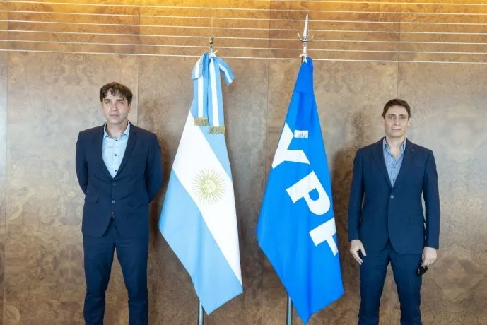 Pablo Martínez Carignano, director ejecutivo de la ANSV, junto a Sergio Affronti, CEO de YPF.