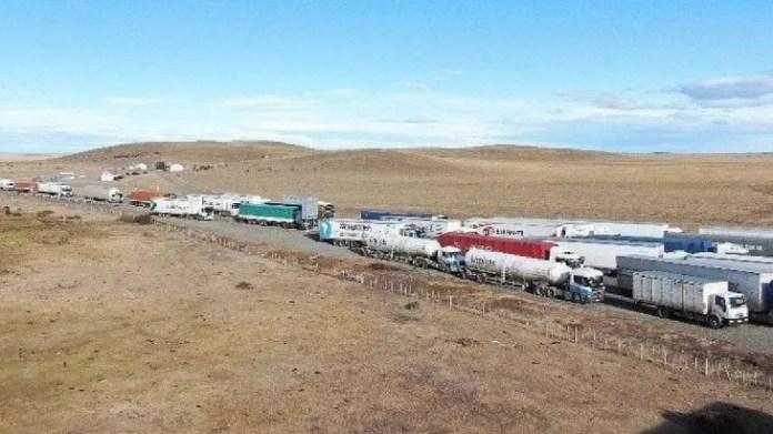 Según fuentes del Gobierno fueguino, el corte de Punta Delgada generó una acumulación de cientos de camiones con mercaderías de todo tipo (entre ellas alimentos y productos electrónicos) que no pueden ni llegar ni salir de Tierra del Fuego.