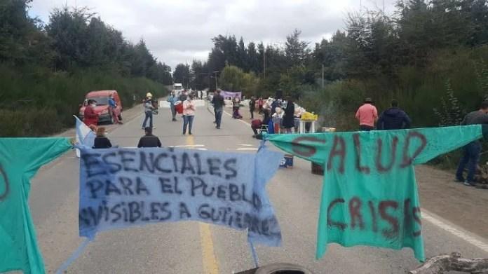 Los autoconvocados de la salud de Neuquén mantienen una docena de cortes de ruta desde hace 20 días.