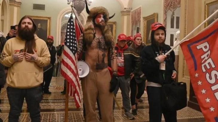 Seguidores de Donald Trump dentro del Capitolio.
