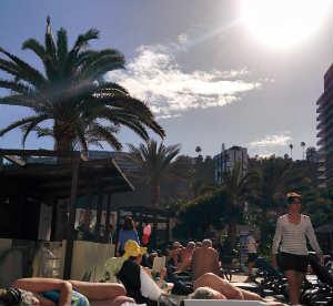 Vi slappar vid poolen med tyskar och spanjorer, pensionärer och barn