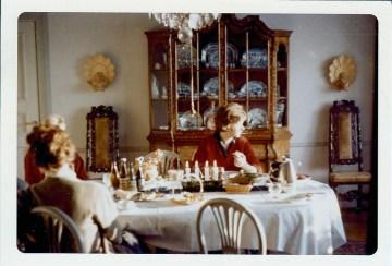 Lull sitter och drömmer i matsalen på 60-talet. Hon ärvde finskåpet och fyllde det med kommunistiska attiraljer.