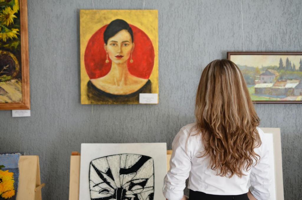 絵画を眺める女性