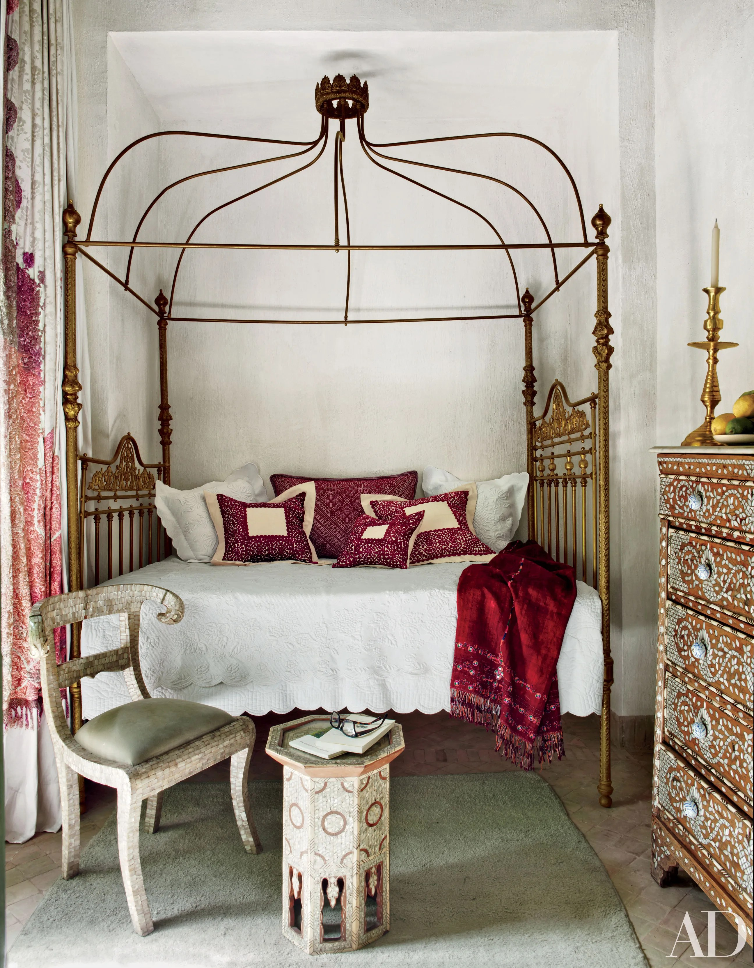 how to decorate with a four poster bed