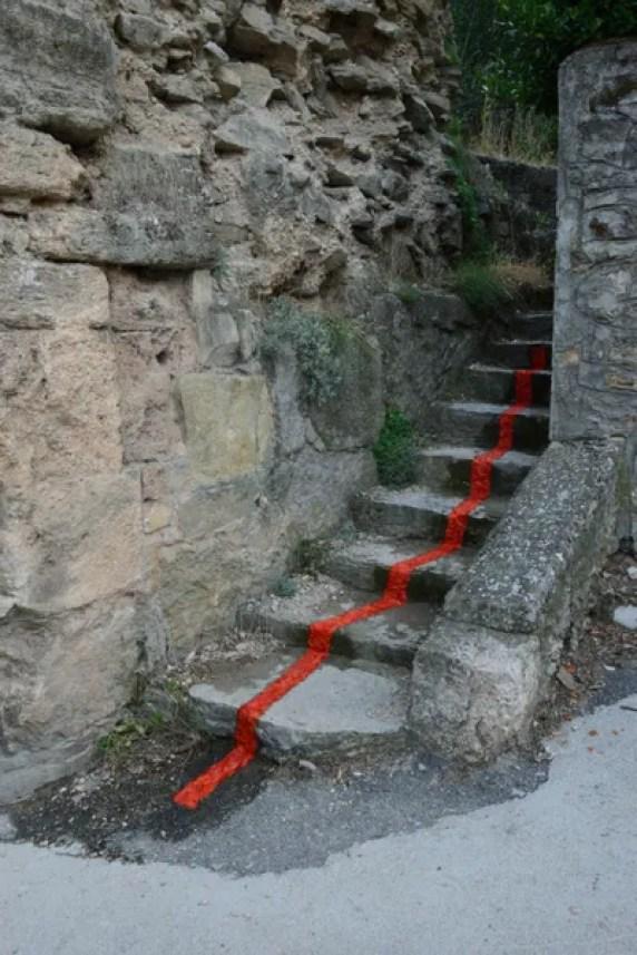 圖片可能包含戶外和牆壁的石板石板路走道