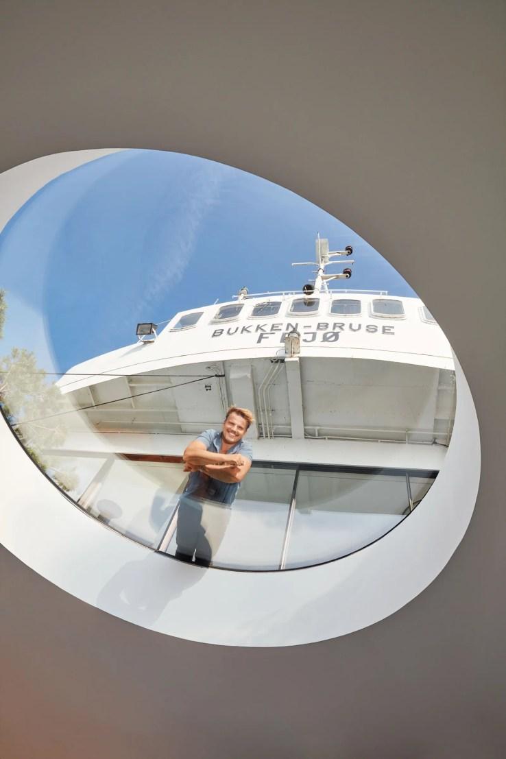L'image peut contenir un bateau et une fenêtre de transport de véhicule humain