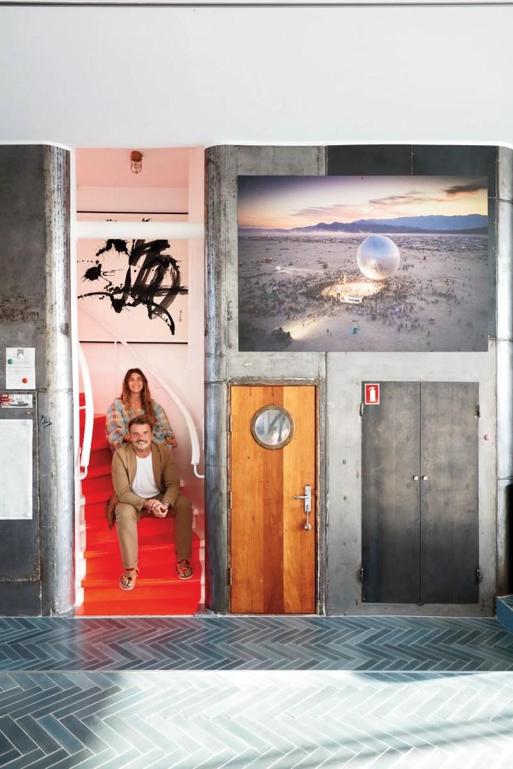 L'image peut contenir la personne humaine Chaussures Chaussures Vêtements Vêtements Porte Design d'intérieur et intérieur