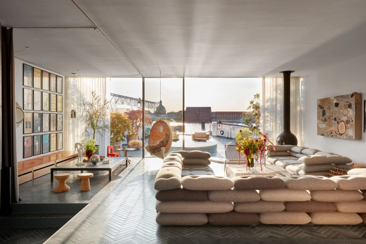 L'image peut contenir Salon Intérieur Meubles de chambre Plancher du hall Design d'intérieur Table Couch Tapis et logement