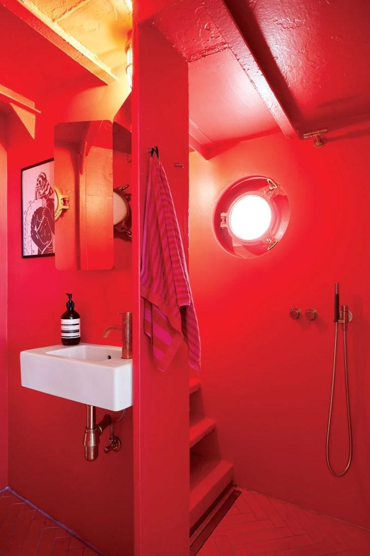 L'image peut contenir une salle de bain et un coin