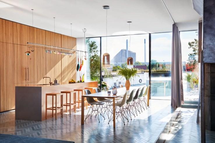 L'image peut contenir Mobilier Chaise Design d'intérieur Intérieur Revêtement de sol Table d'entrée Plancher de bois et salle à manger
