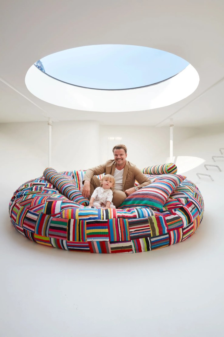 L'image peut contenir des meubles gonflables et un canapé