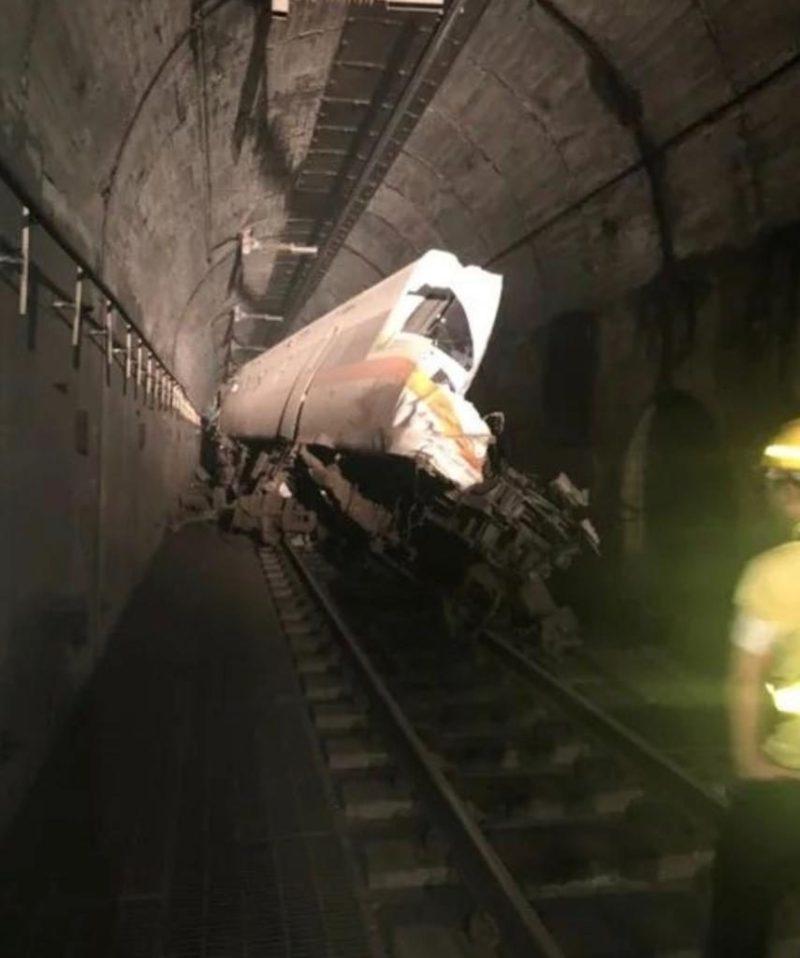 太鲁阁的火车坠毁并变形。