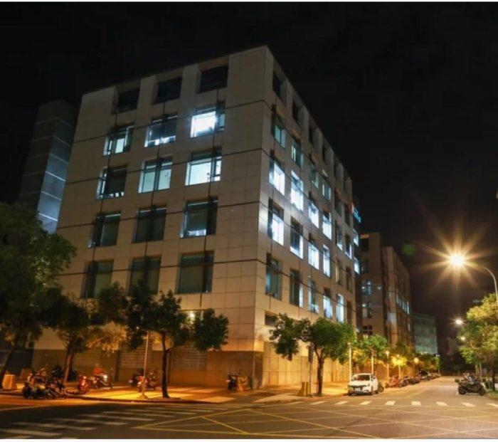 几天前,台北内湖的台湾苹果日报大楼下载了标志,大楼的内部在天黑后仍然明亮。