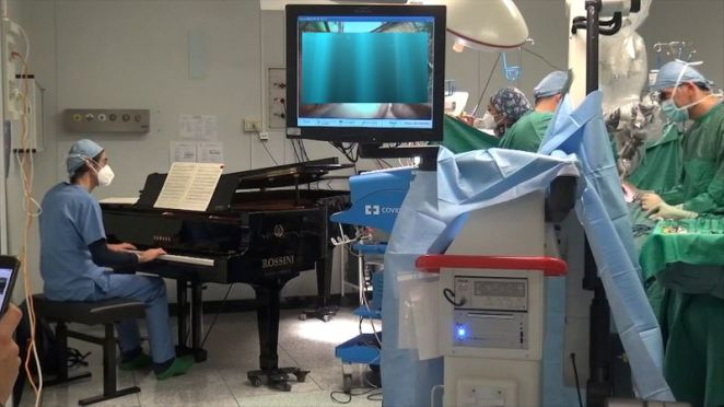 Therapeutic Effect: Musical Medic Plays to Cancer Patient, 10, During  Surgery | World News | US News