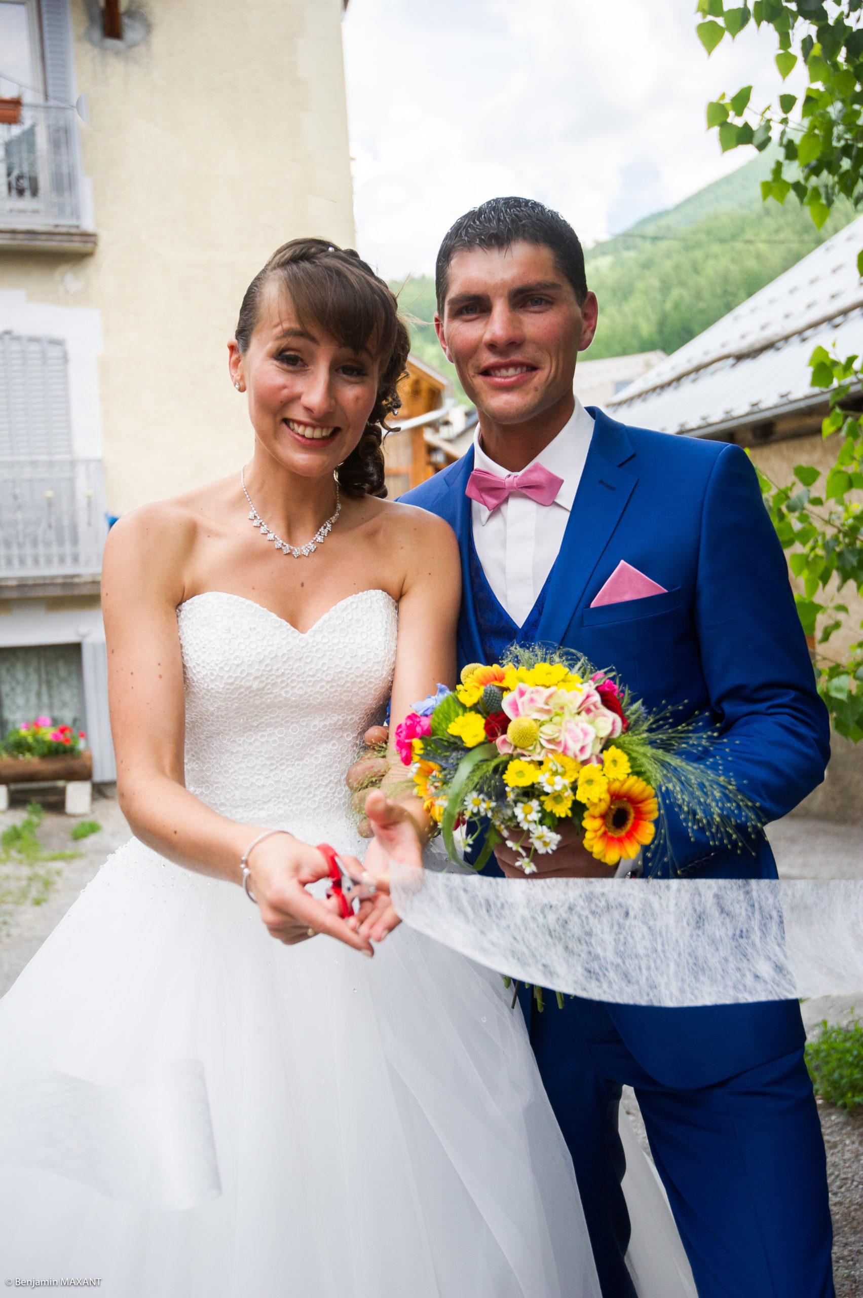 Les mariés découpe lruban tradictionnel de mariage