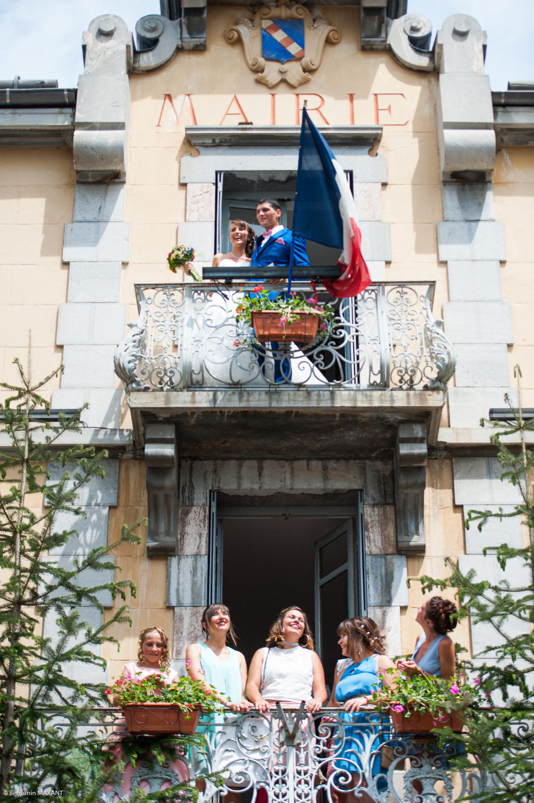 Les mariés à la fenêtre de la mairie d'Aiguilles