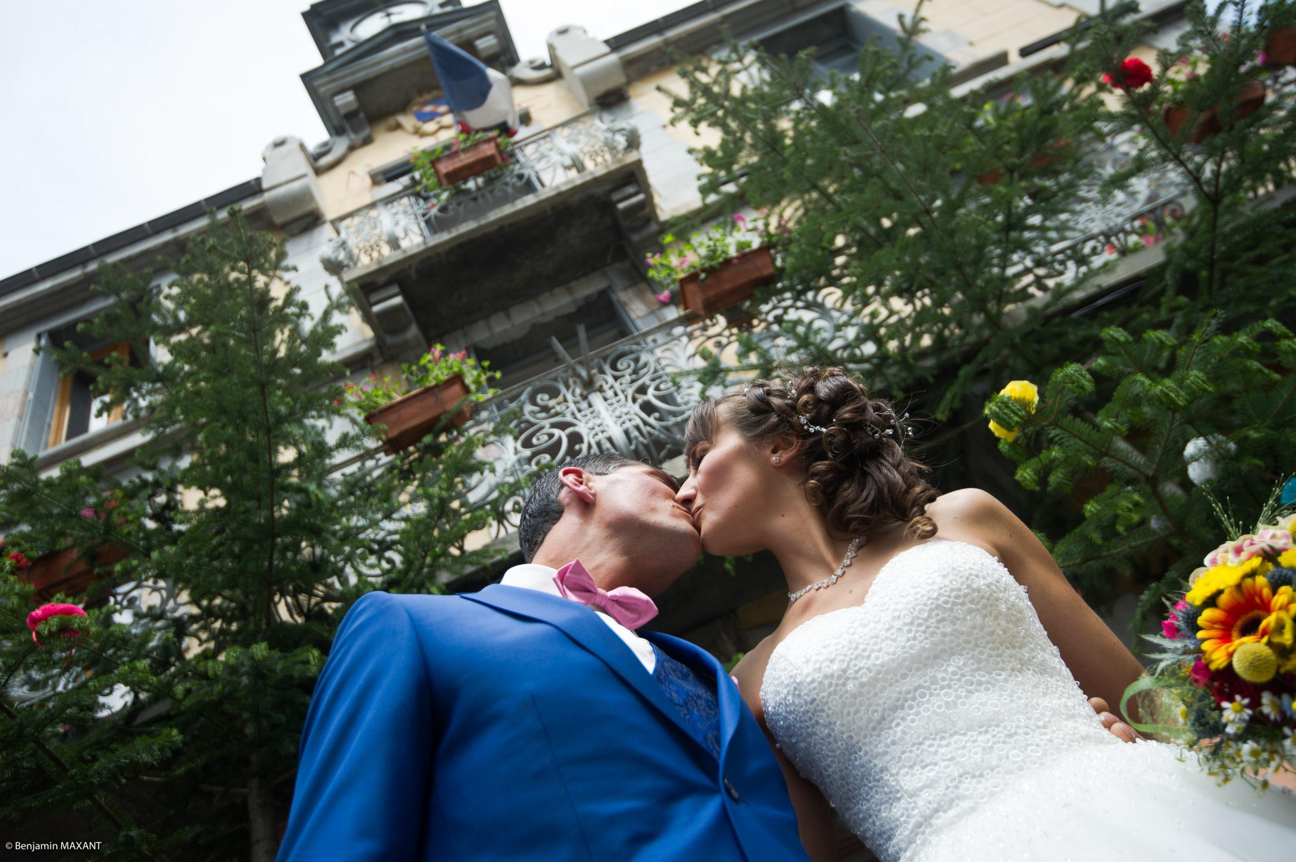 Le baisr des mariés devant la mairie d'Aiguilles