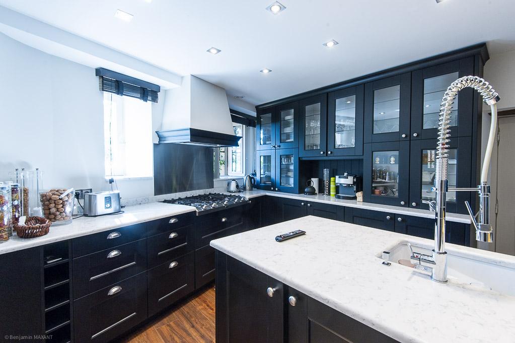 Shooting photos immobilier de villa / maison - cuisine bois noir