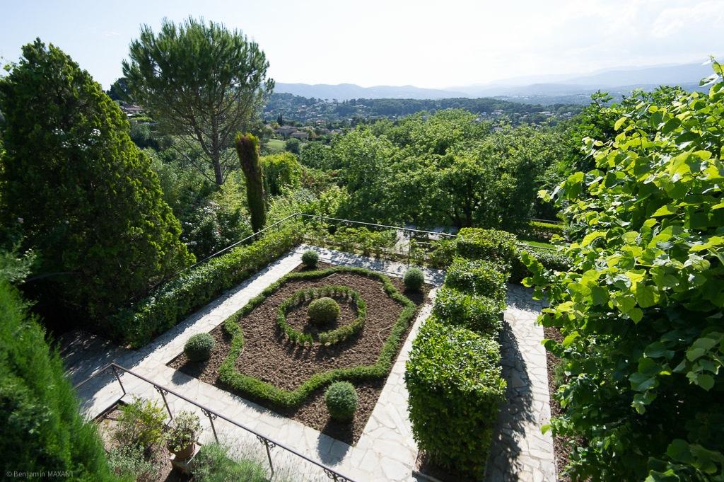 Shooting photos immobilier de villa / maison - vue sur le jardin à la française