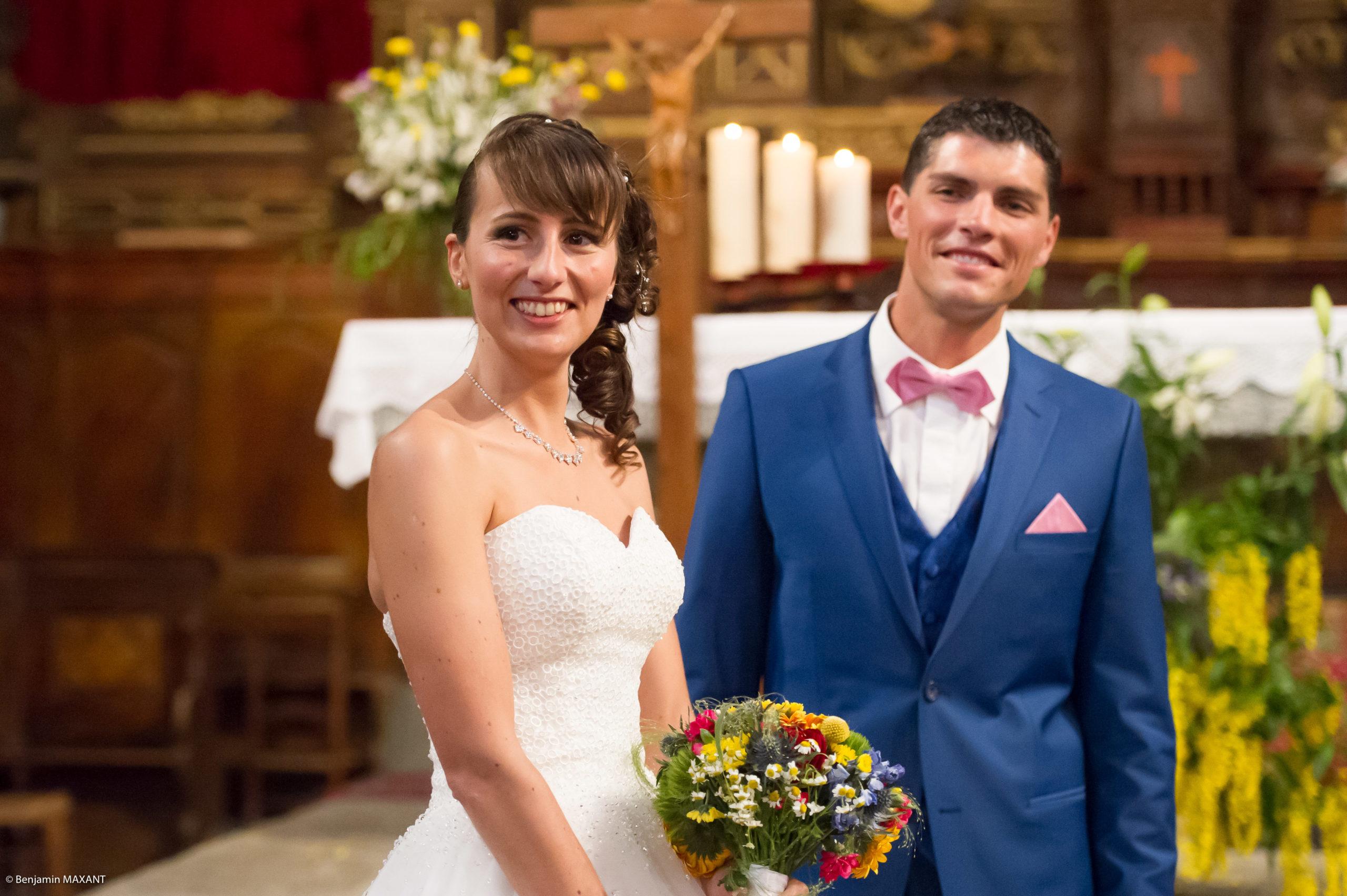 Bonheuyr et sourire des mariés dans l'église