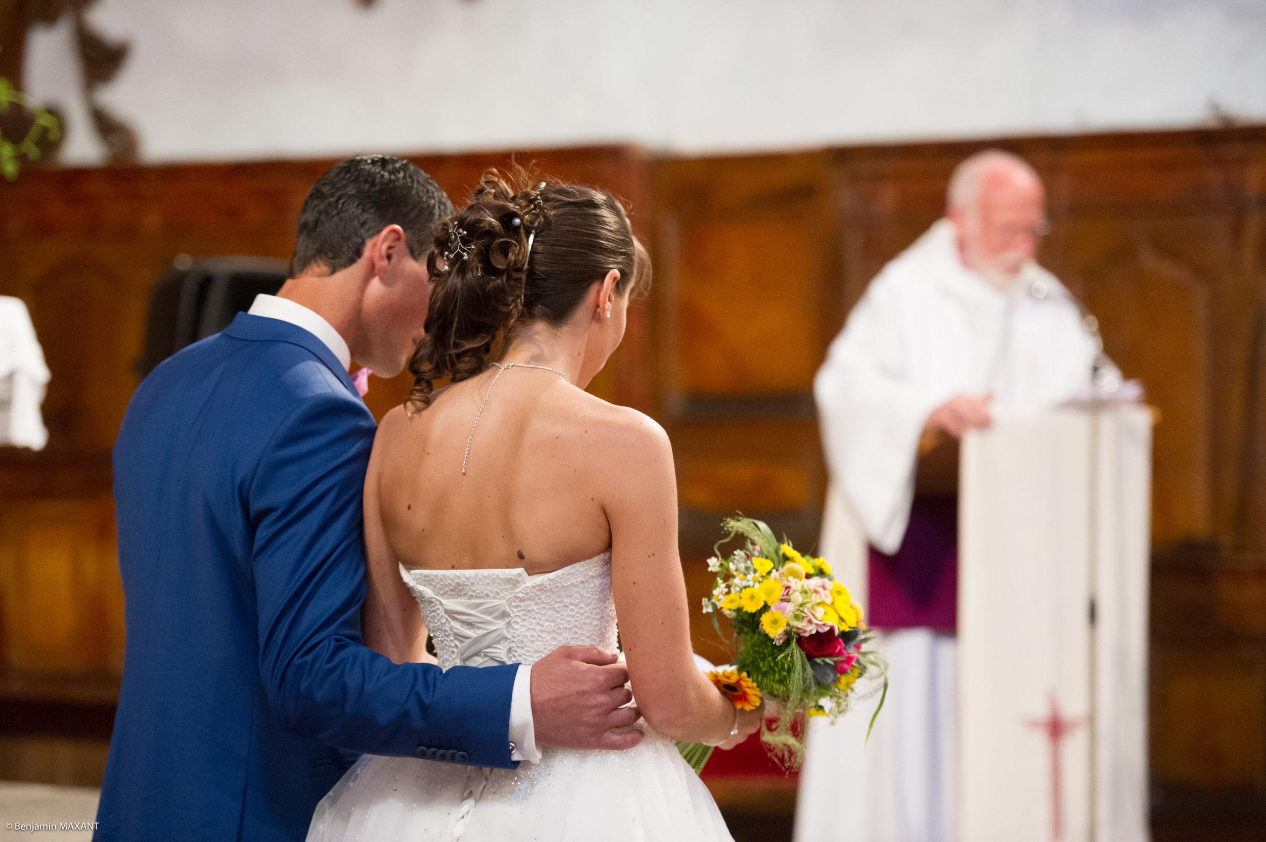 Les mariés lisent attentivement les textes religieux