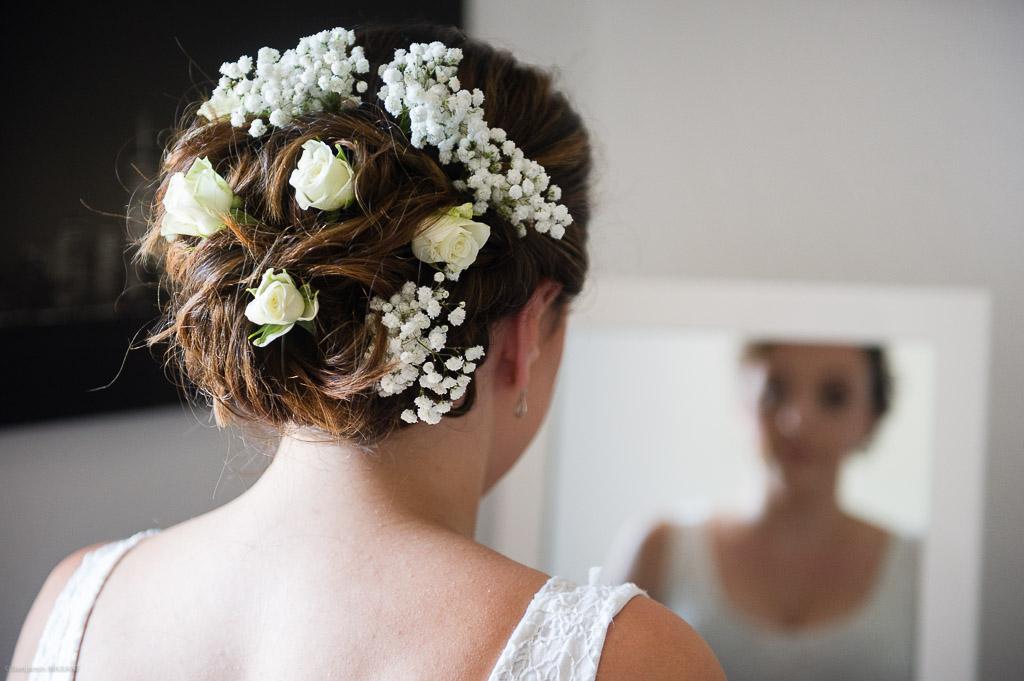La mariée admire sa coiffure
