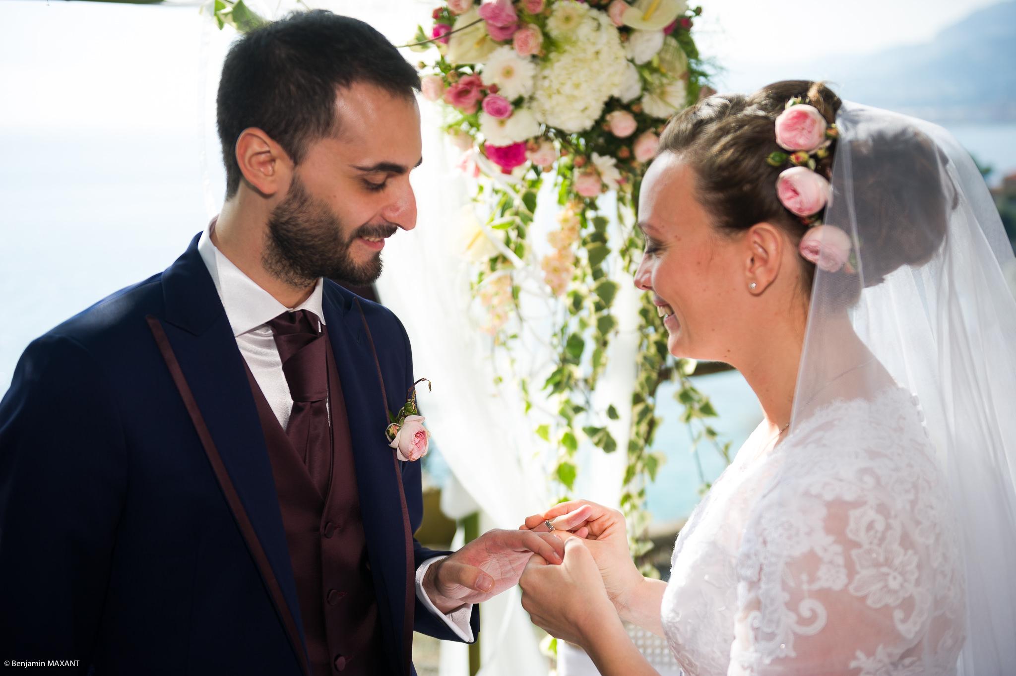 Echange des alliances lors de la cérémonie religieuse du mariage à Vintimille