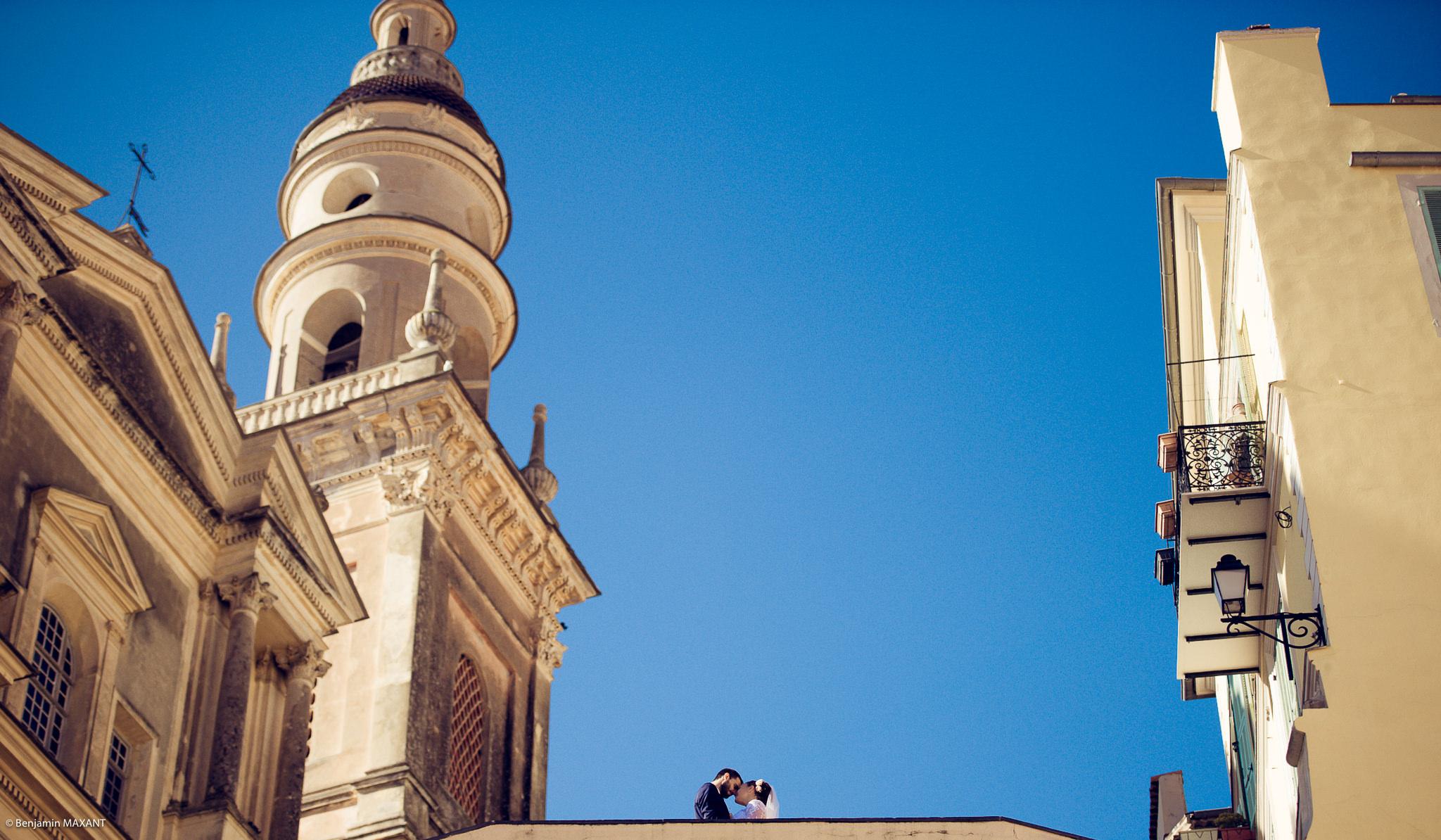 Séance photo des mariés près de l'église dans le vieux Menton