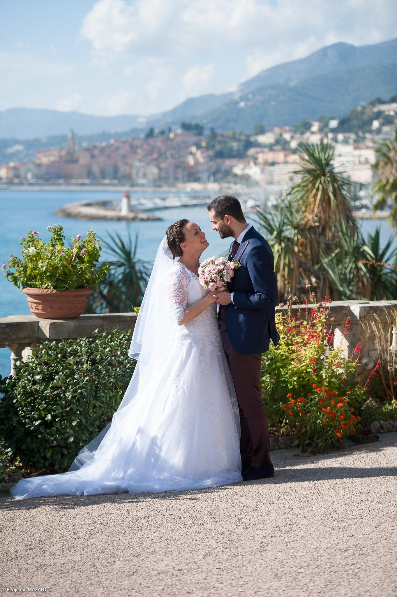 Mariage Valentine Nicholas à Menton - séance photo mariés vue sur Menton