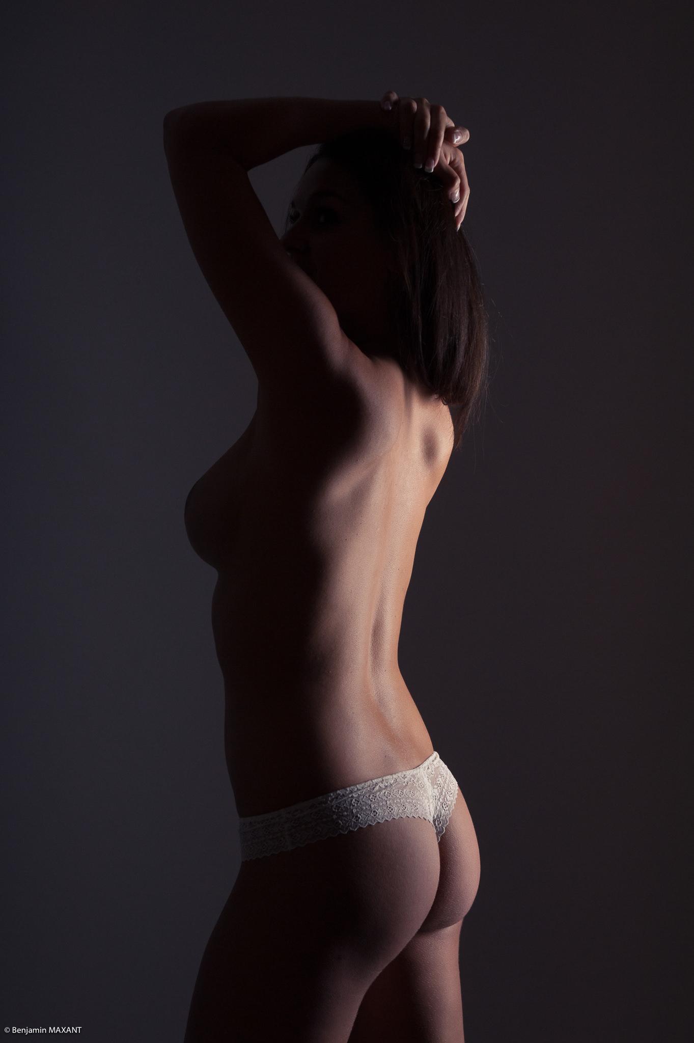 Séance photo lingerie en studio topless en string blanc