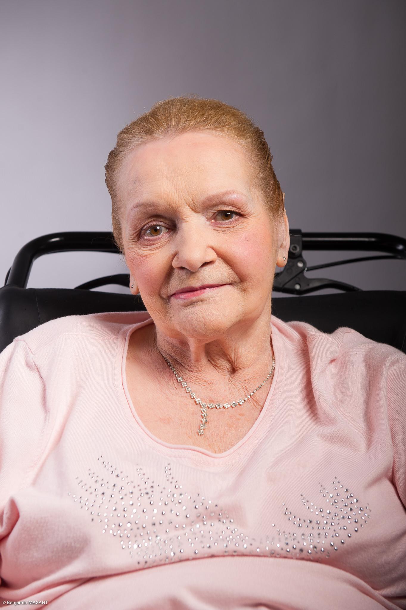 Portrait studio d'une personne âgée - femme ensemble rose