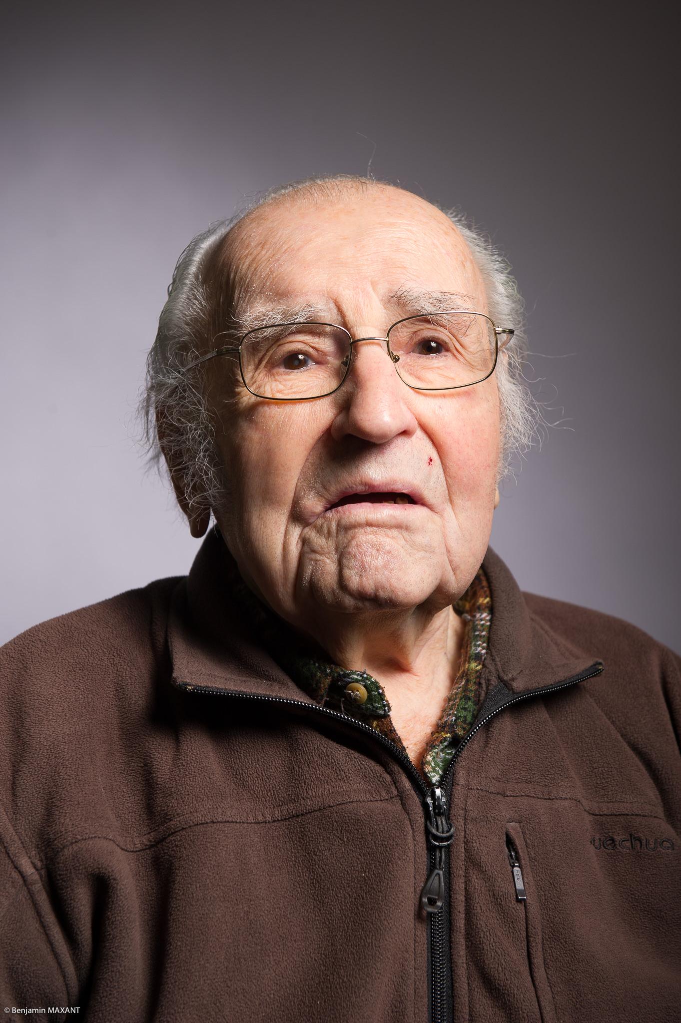 Portrait studio d'une personne âgée - homme haut brun
