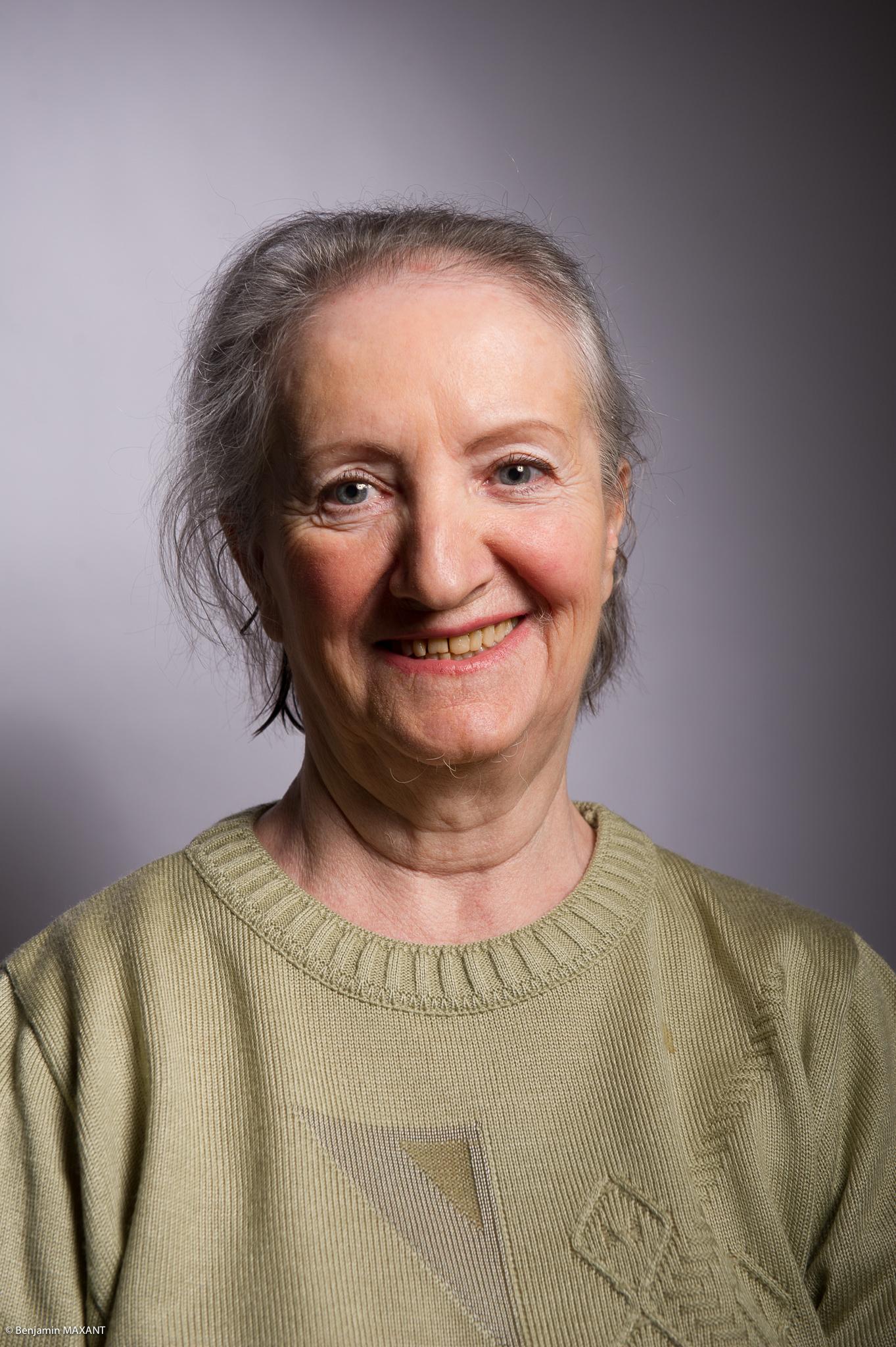 Portrait studio d'une personne âgée - femme pull kak