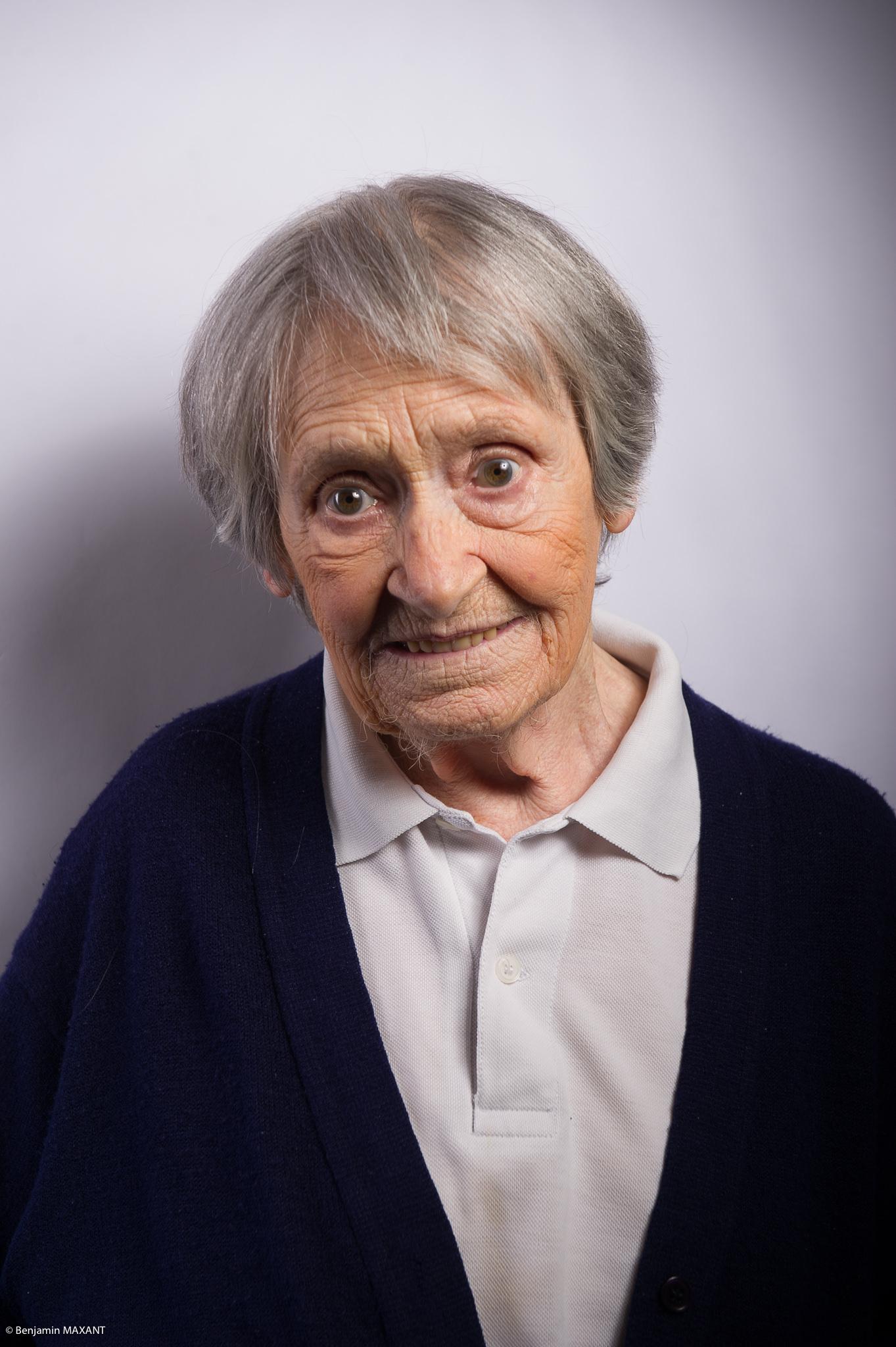 Portrait studio d'une personne âgée - femme chemise grise