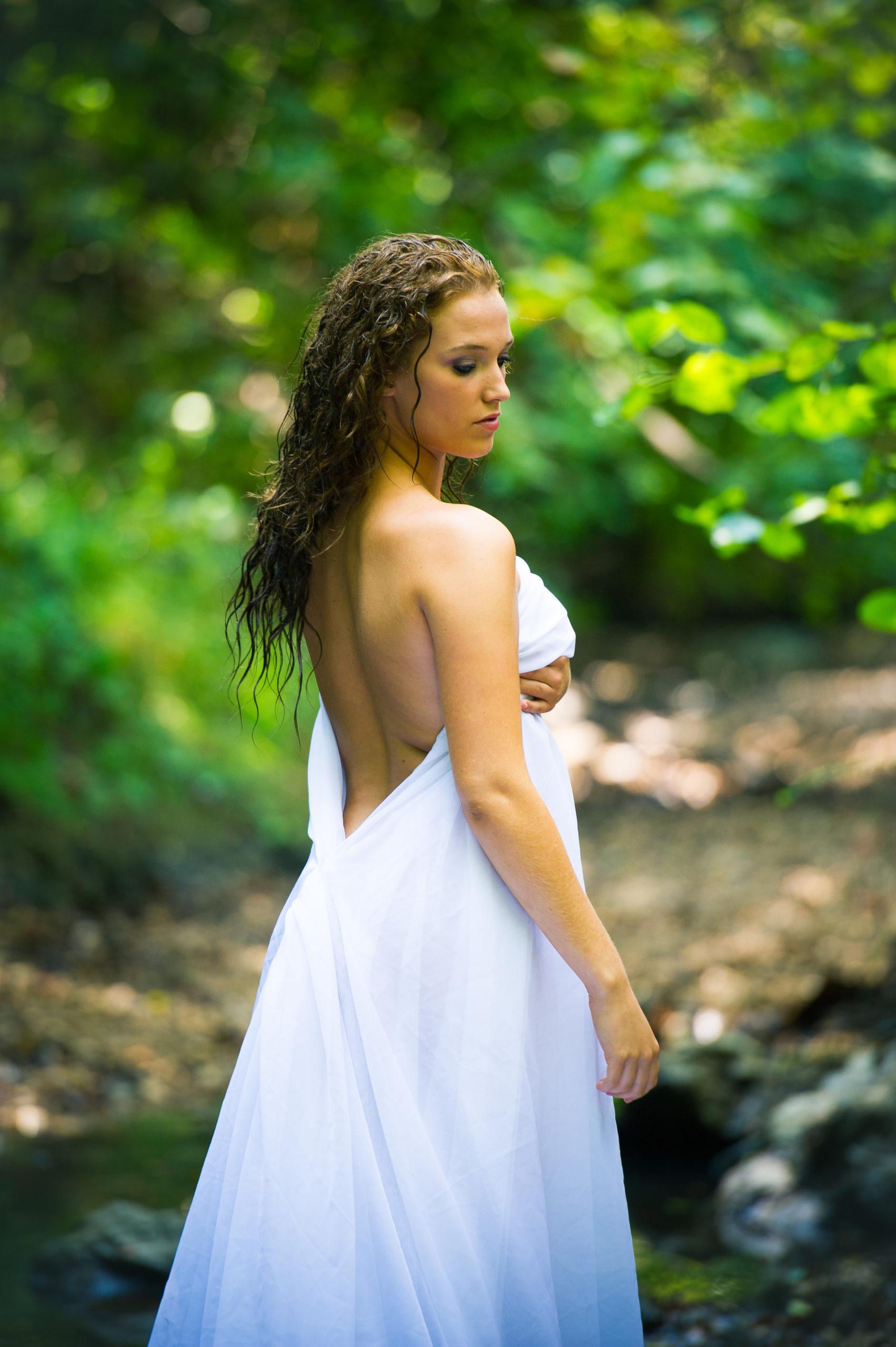 Shooting photo nu en forêt avec Aurélie - le voile en robe