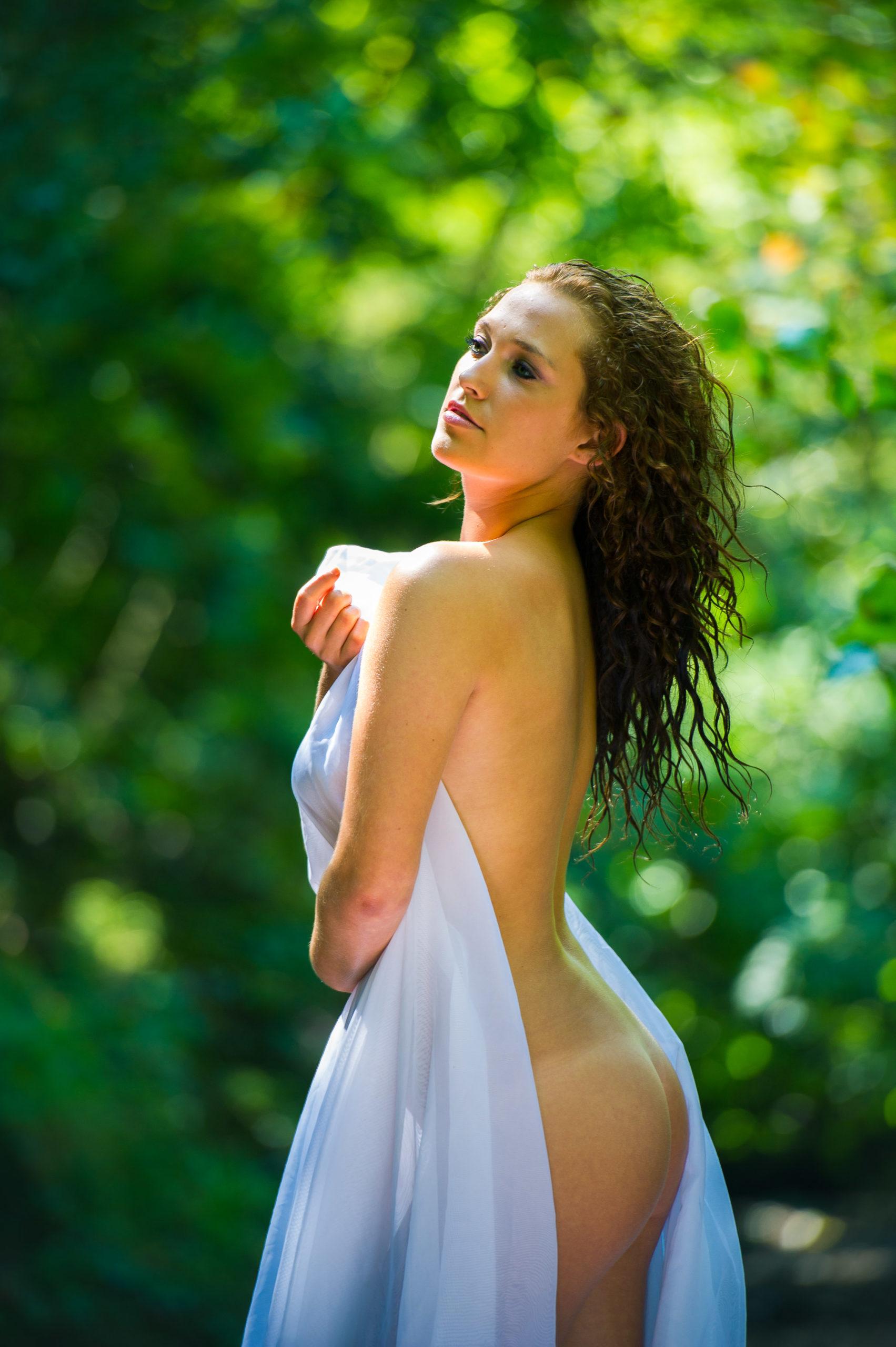 Shooting photo nu en forêt avec Aurélie - de dos fesses apparentes