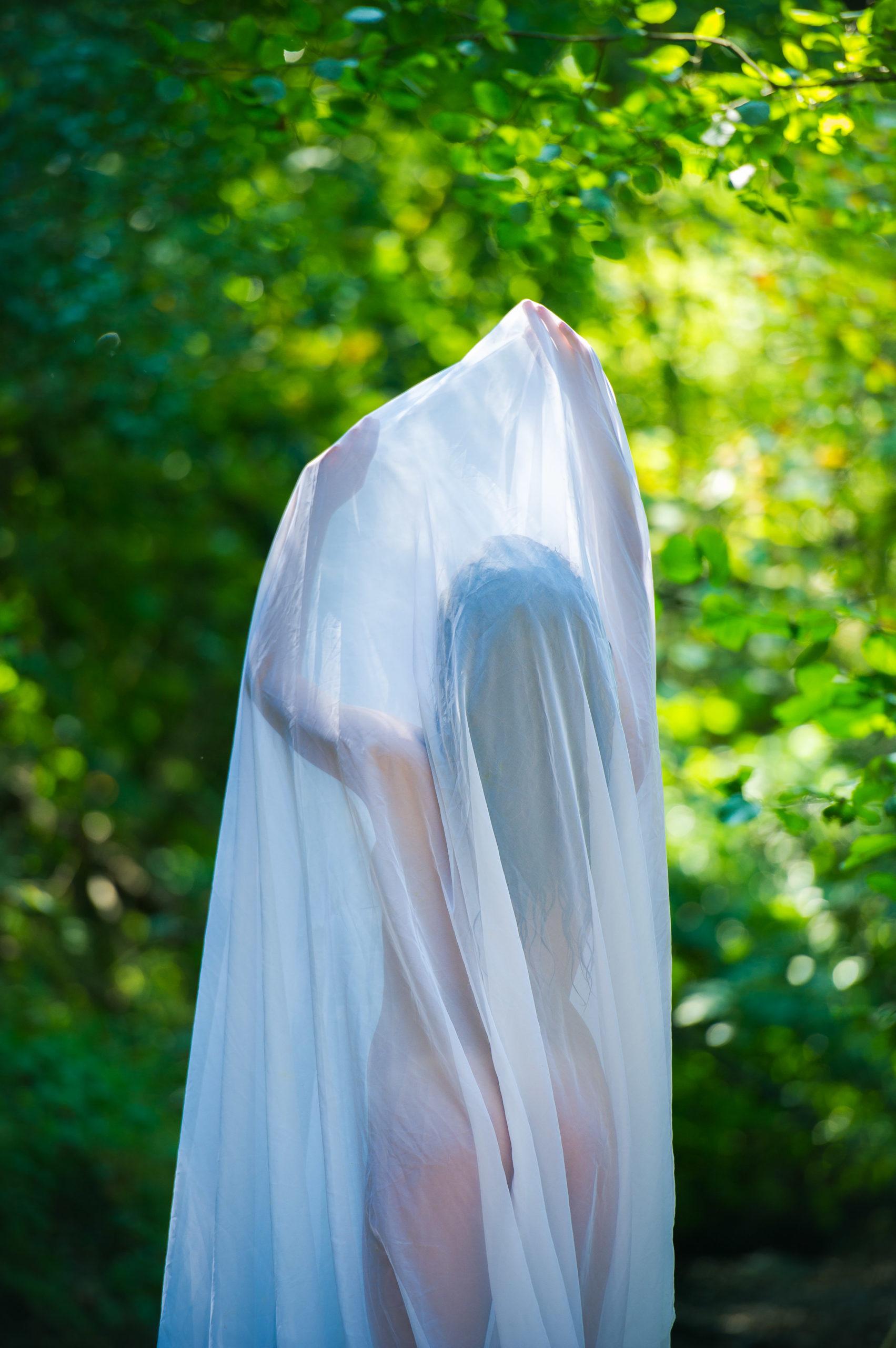 Shooting photo nu en forêt avec Aurélie - artistique voile blanc