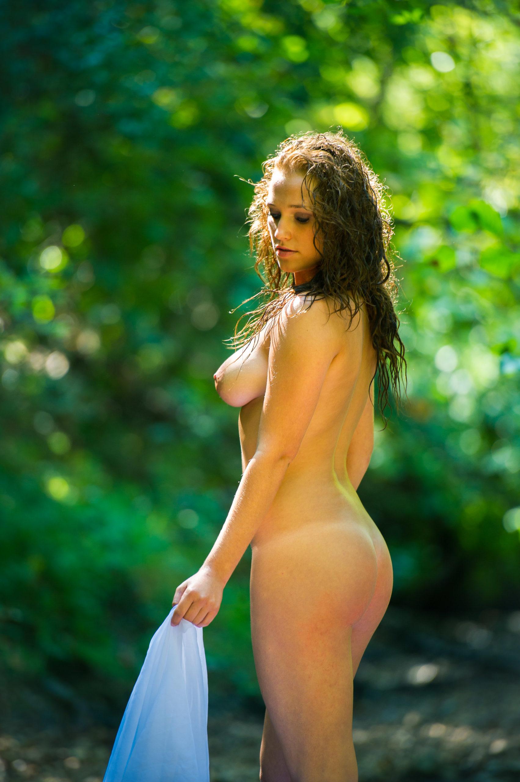 Shooting photo nu en forêt avec Aurélie - nue de côté
